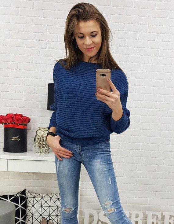 niebieski sweter damski - modny krój